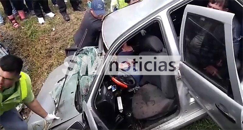 Auto cayó a un zanjón en José C. Paz y los vecinos tuvieron que rescatar a las victimas