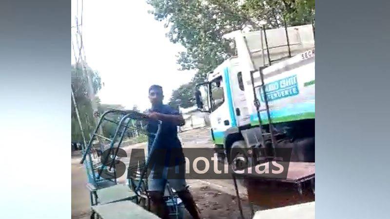 """Camiones de """"Mario Ishii"""" desalojaron la Escuela 20 de José C. Paz"""
