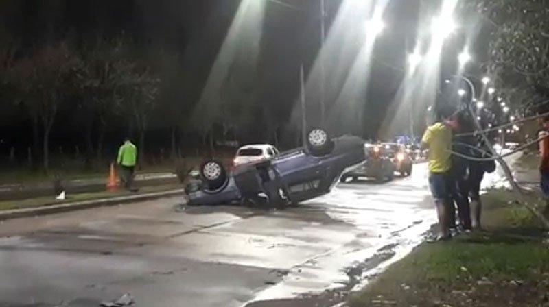 Bella Vista: Dos personas heridas tras el vuelco de un auto en Avenida Gaspar Campos