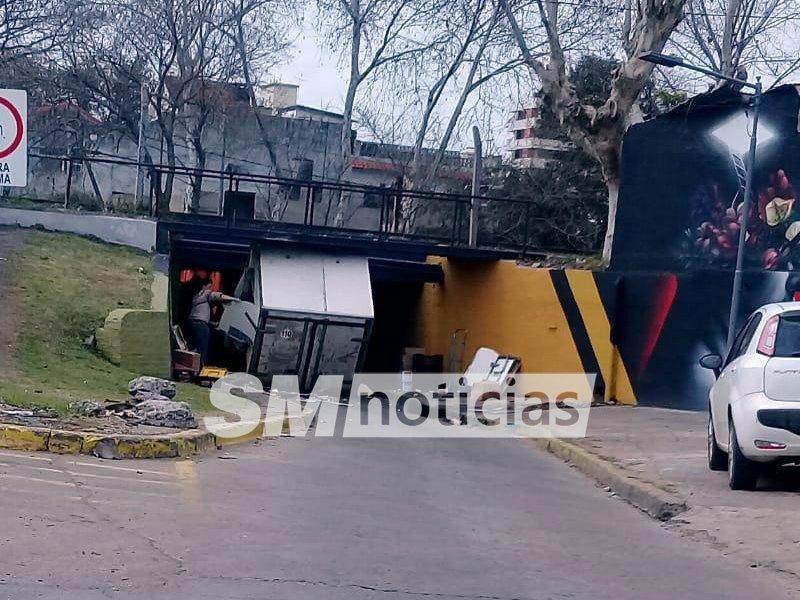 Error de cálculo: Conductor quedó trabado con su camioneta en el túnel de Juárez