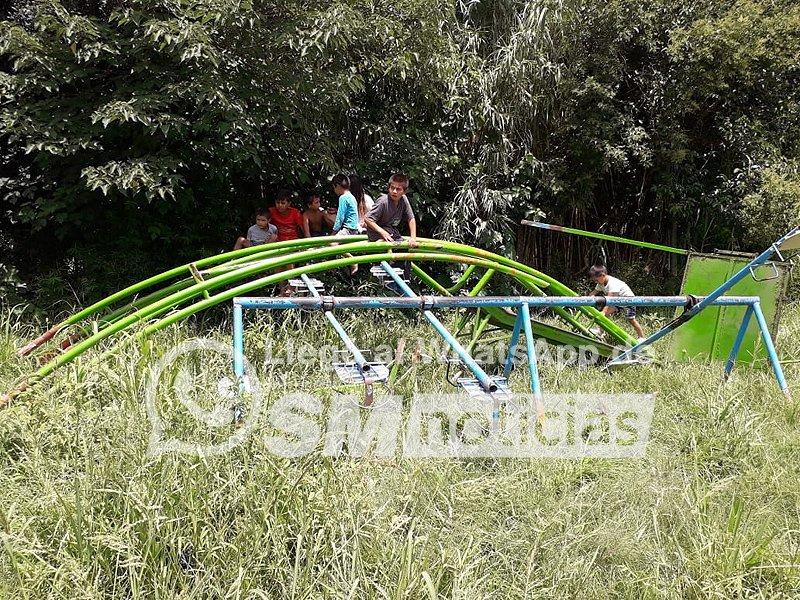 Las plazas de Ishii: Los chicos juegan entre hierros retorcidos y pastizales